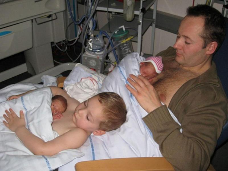 Pai e filho fazem em contacto pele a pele com gémeos prematuros