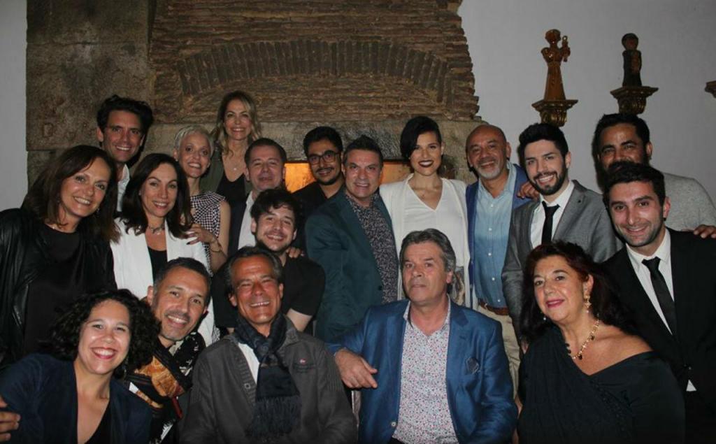 Mika, Christian Louboutin e Mariza estiveram numa casa de fados de Lisboa [Reprodução: Facebook/ Restaurante Casa de Linhares]