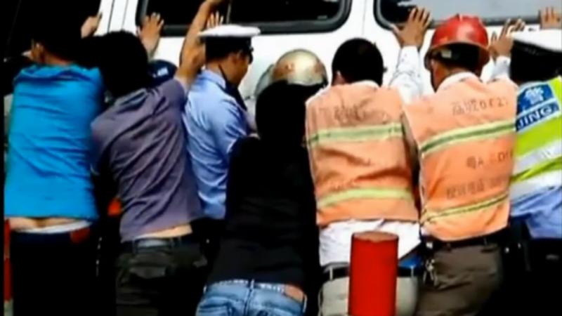 20 pessoas salvam idosa na China