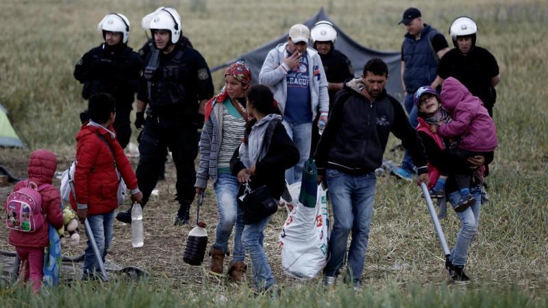Refugiados retirados da fronteira entre a Grécia e a Macedónia