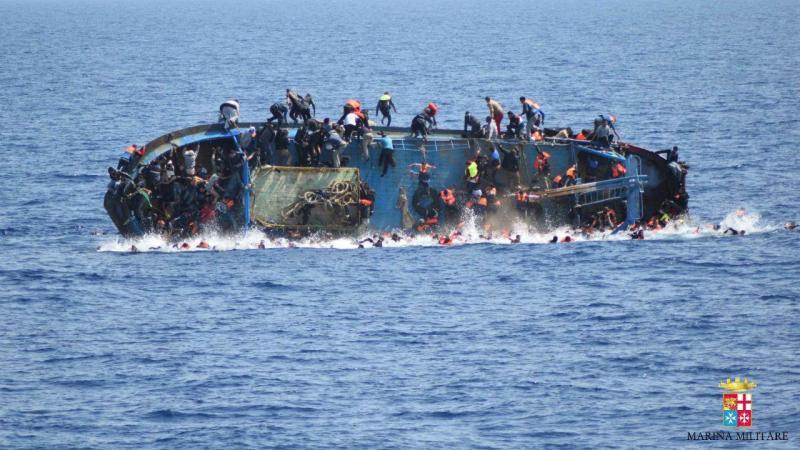 Barco superlotado vira no Mediterrâneo