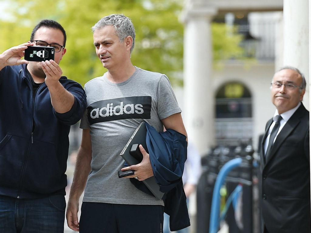 Mourinho em Londres, depois do anúncio oficial do ManUtd