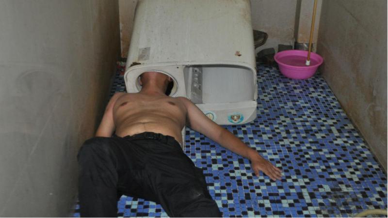 Homem fica com a cabeça presa na máquina de lavar