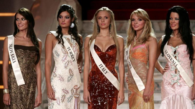 Miss Turquia 2006 (segunda à esq.)