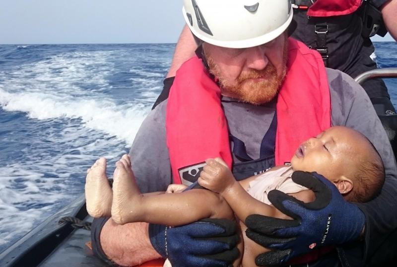 Voluntário resgata corpo de criança ao largo da Líbia