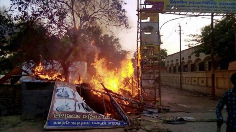 Confrontos entre polícia e seita na Índia