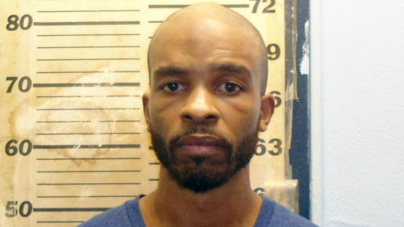 Serial killer atacado no tribunal por pai de uma das vítimas