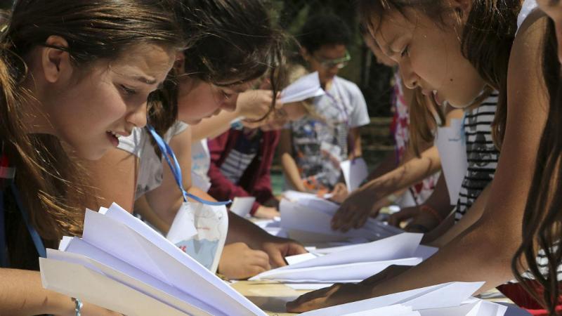 Alunos das escolas de Loulé e de Quarteira querem entrar para o Guiness na construção de aviões de papel
