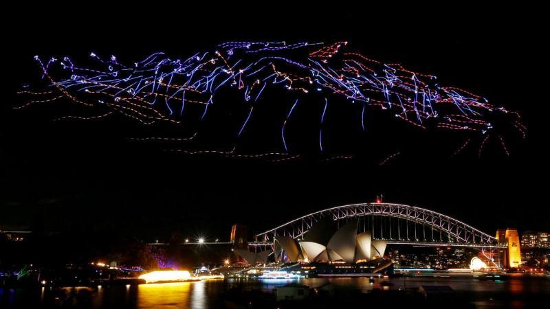 Uma centena de drones iluminados pairam sobre a Opera de Sydney, na Austrália