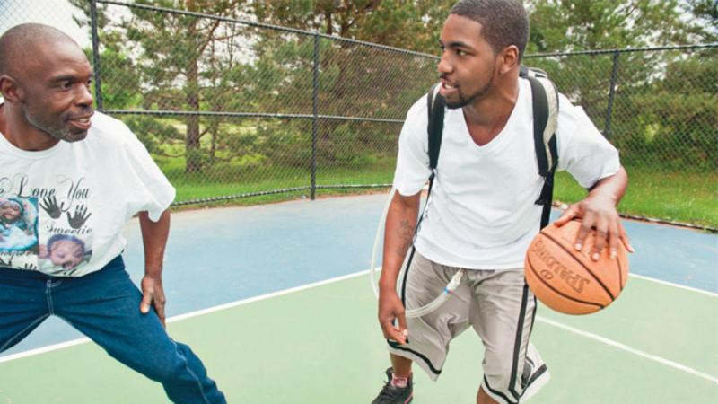 Stan Larkin joga basquetebol com o coração artificial