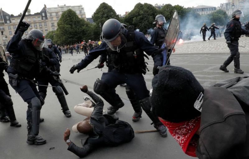 Protestos em Paris acabam com carros incendiados