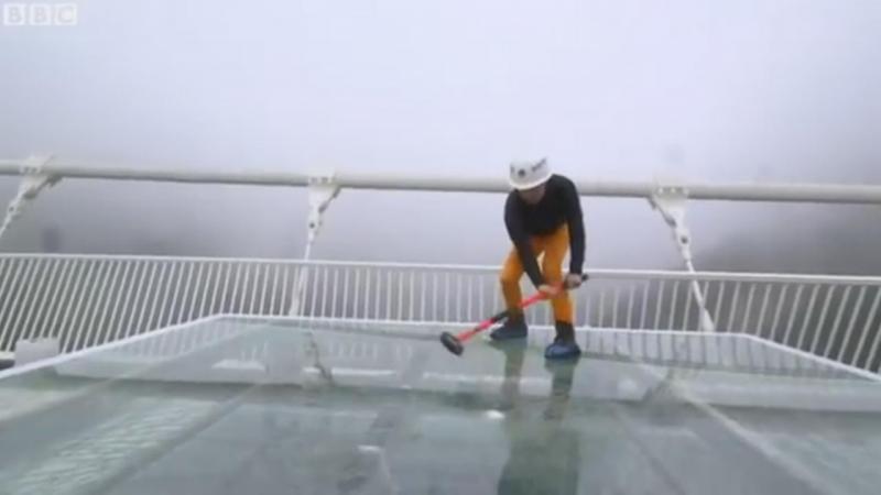 Jornalista da BBC testa ponte de vidro na China