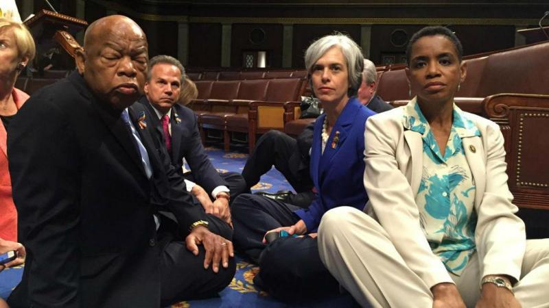 Congressistas sentam-se para pedir o controlo de armas nos EUA