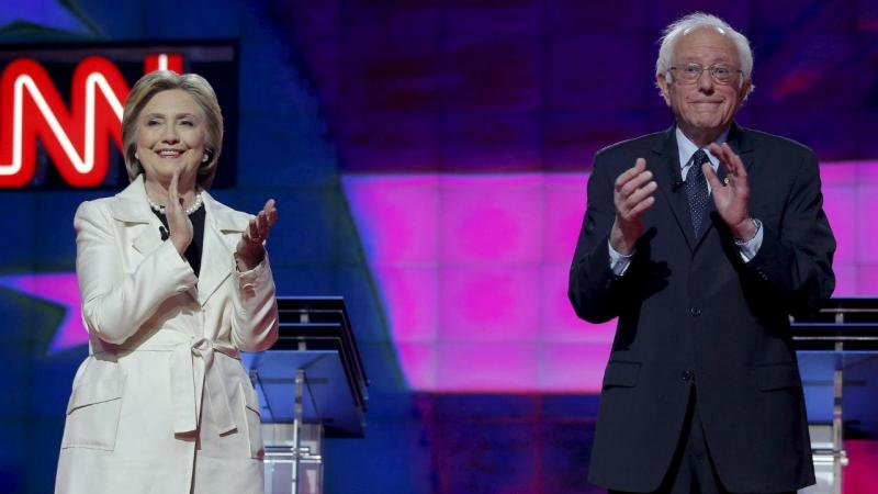 Hillary Clinton e Bernie Sanders no final do debate promovido pela CNN
