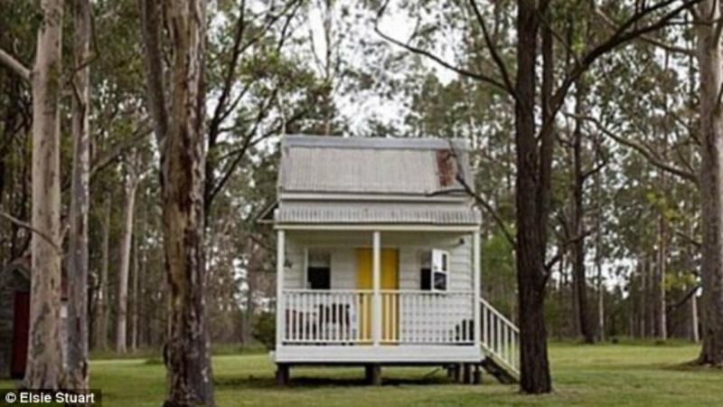 Jovem casal australiano decide morar na cabana de infância da noiva