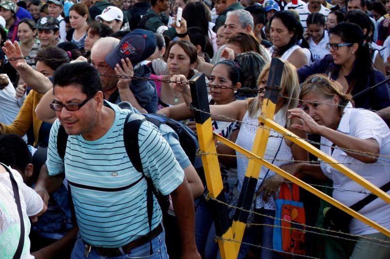Venezuela deixa milhares de pessoas irem à Colômbia comprar comida