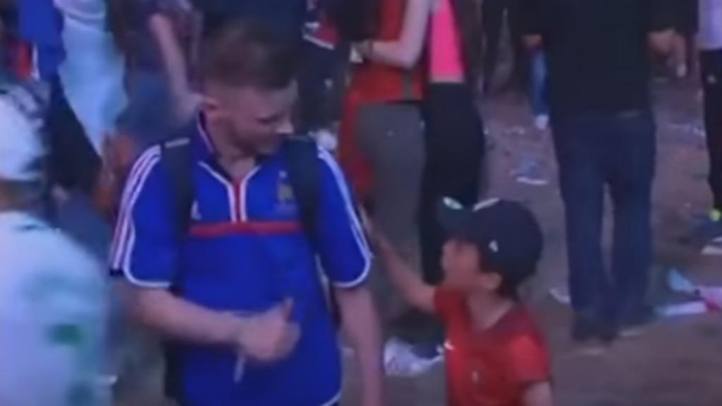 Momento emocionante em que criança portuguesa consola adepto francês