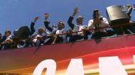 Mar de gente recebe a Seleção Nacional gritando:
