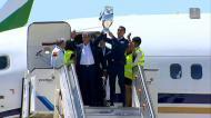 O momento: Cristiano Ronaldo sai do avião com a Taça
