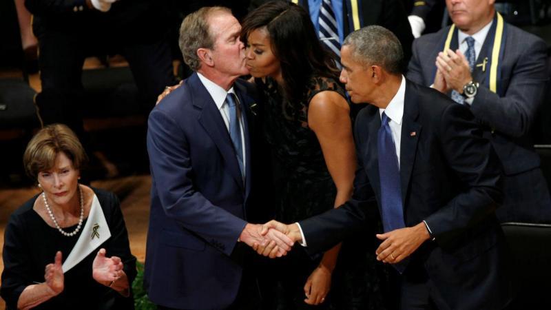 Casal Obama e George W. Bush presente no memorial aos polícias mortos em Dallas
