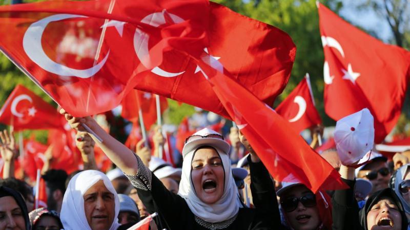 Turquia: Homenagens às vítimas e apoio a Erdogan