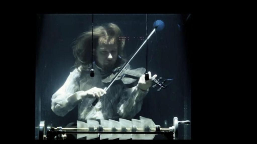 AquaSonic é um projeto onde os músicos cantam e tocam submersos