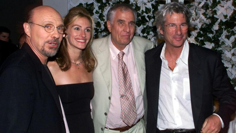 Garry Marshall ladeado por Julia Roberts e Richard Gere