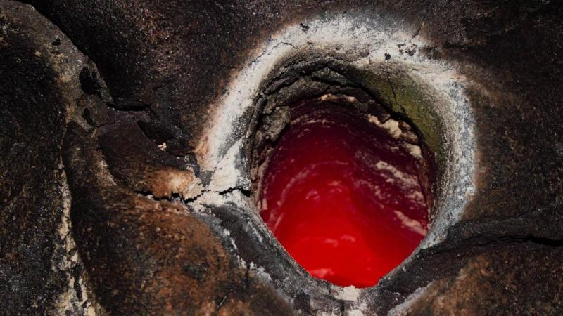 Molde de árvore causado pela lava do vulcão Kilauea