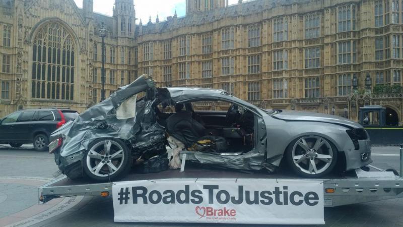 Destroços de automóvel expostos junto ao Parlamento britânico