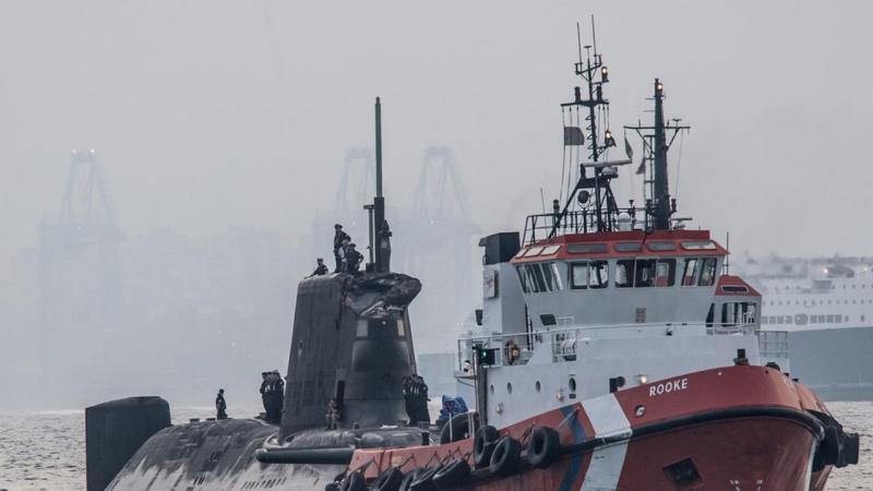 Submarino nuclear britânico choca com navio mercante