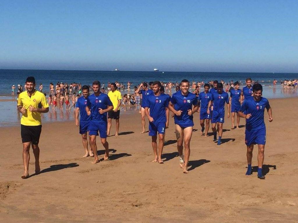 Belenenses a treinar na praia de Carcavelos (fotos Facebook do Belenenses)