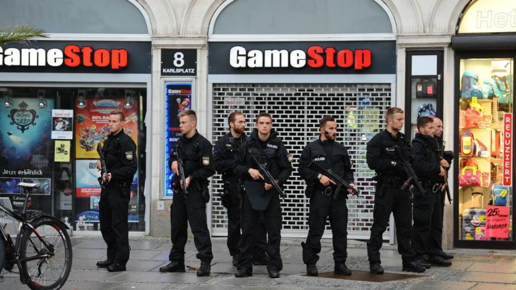 Polícia junto ao hotel Stachus, em Munique