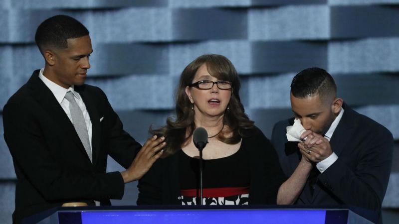 Christine Leinonen, mãe de uma das vítimas do massacre de Orlando, com Brandon Wolf e Jose Arraigada, dois sobreviventes da tragédia, na convenção do Partido Democrata [Foto: Reuters]