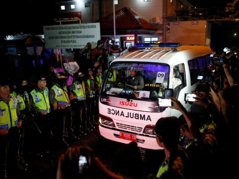 Ambulância que transporta restos mortais de prisioneiro executado deixa o porto da ilha penal de Nusa Kambangan, em Cilacap, Central Java, Indonésia