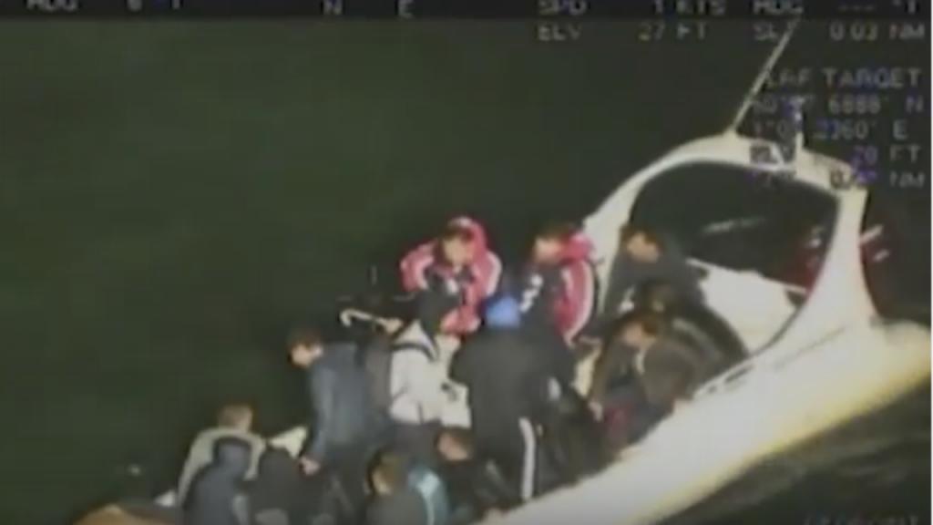 Refugiados tentam atravessar Canal da Mancha num semirrígido