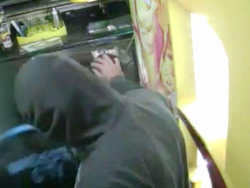 Criminoso faz festa a criança durante assalto
