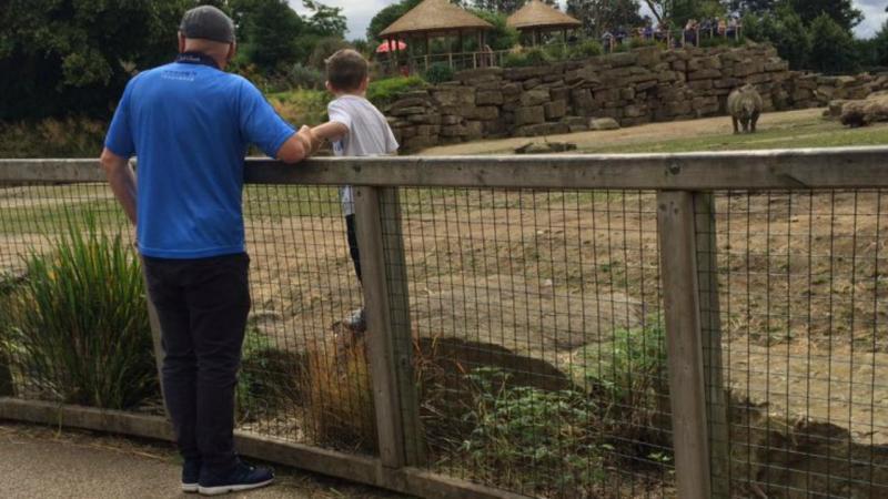 Criança é colocada junto de rinocerontes