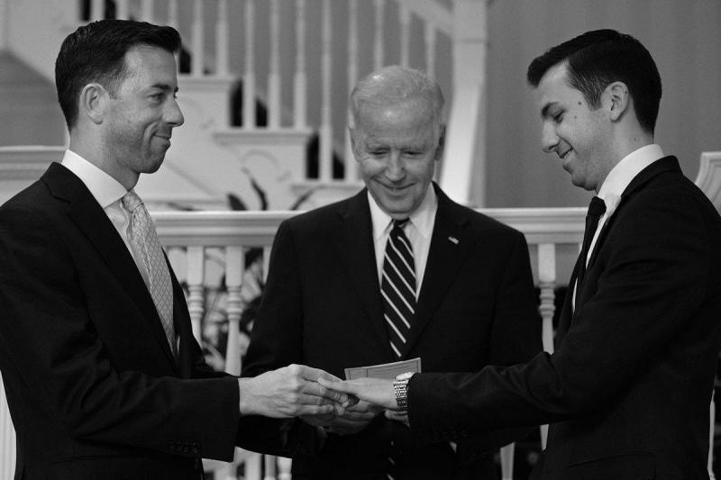 Joe Biden casa dois funcionários da Casa Branca (Reprodução Twitter)