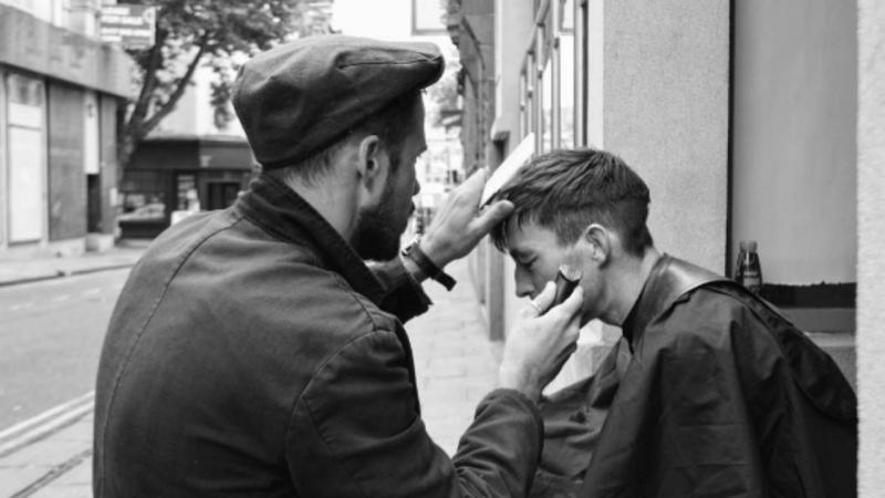 Jovem londrino corta os cabelos aos sem-abrigo de graça