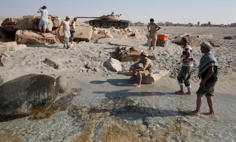 Forças líbias com apoio da ONU combatem contra o Estado Islâmico na praia