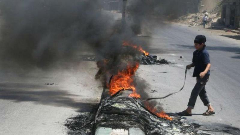 Crianças de Aleppo queimam pneus para impedir bombardeamentos (REUTERS)