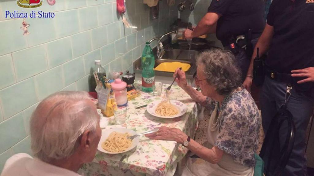 Casal de idosos é ajudado por polícias em Itália