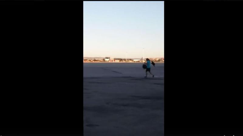Homem corre atrás de avião no Aeroporto de Madrid