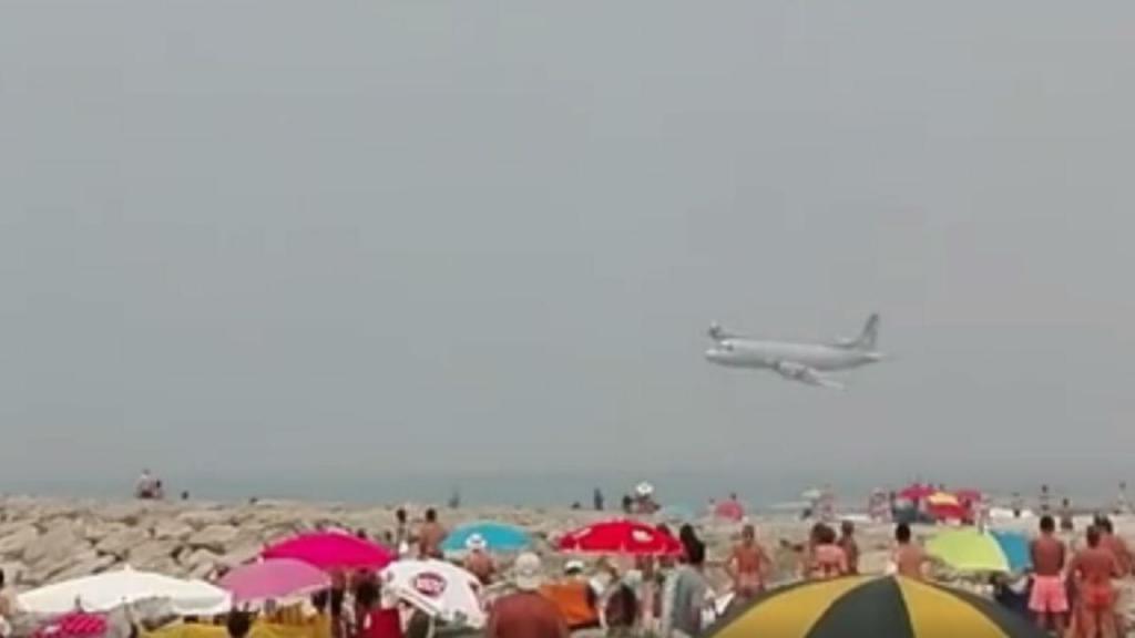 Avião da Força Aérea passa muito rente à praia da Costa Nova