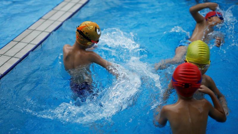 Pequenos nadadores chineses