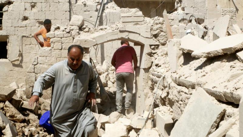 Bebé salva-se entre os escombros de bombardeamento em Aleppo, na Síria