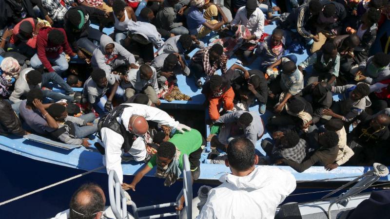 Refugiados num barco chegam a Lampedusa