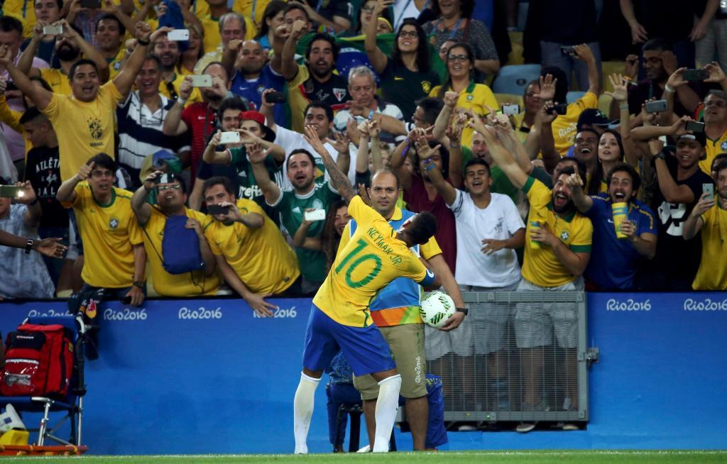Vídeo: Neymar, de ouro ao peito, discute com adeptos