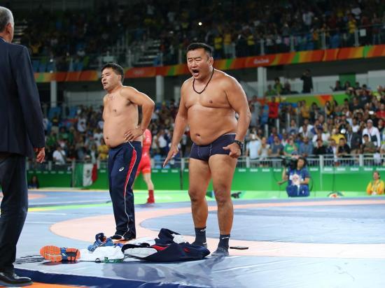 Rio 2016: treinadores da Mongólia mostram como protestar com o árbitro