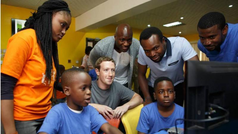 Mark Zuckerberg com crianças no CcHUB